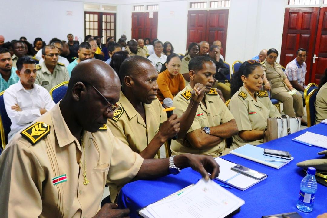Biza en dc's overleggen over colportagewerkzaamheden
