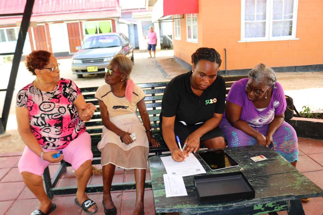 Seniorenburgers controleren persoonsgegevens